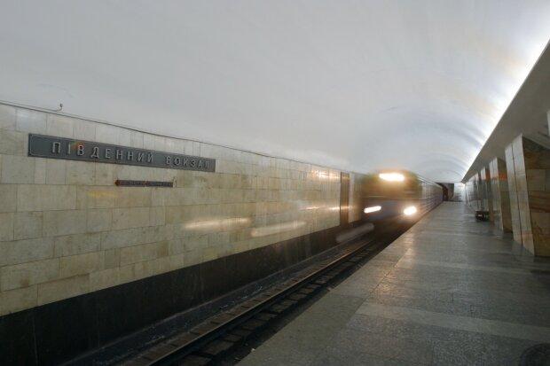 Порожнє метро в Харкові заповнили безхатьки: показові кадри