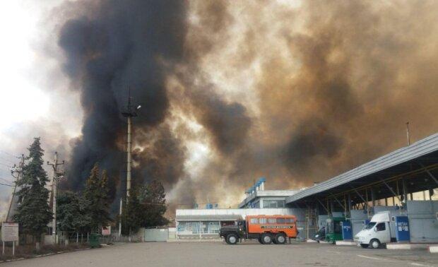 """Масштабный пожар полыхает в  Одессе, кадры ЧП: """"огонь подбирается к АЗС"""""""