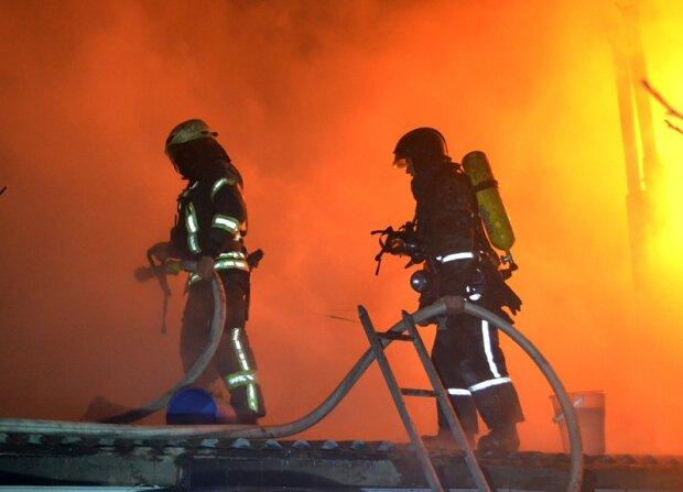 В Одесі палає сильна пожежа: «вулиця затягнута димом, багато рятувальників», фото