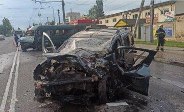 Авто не розминулося з маршруткою, люди потрапили в реанімацію: фото і хто став жертвою ДТП