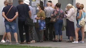пенсионеры, пенсии, украинцы на улице скрин, очередь