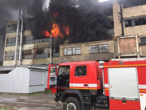 На фабрике в Черновцах вспыхнул сильный пожар (фото)