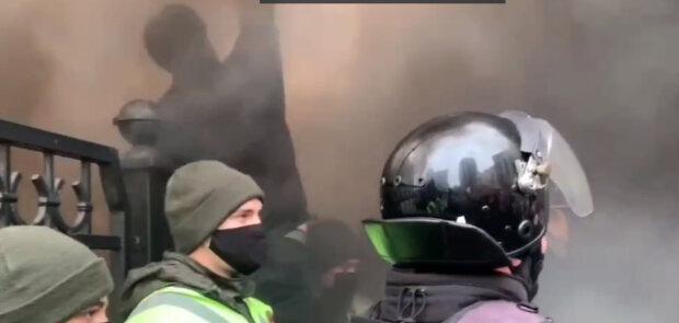 Украинцы взбунтовались в центре Киева, все в дыму: Нацгвардию стянули к горячей точке, фото