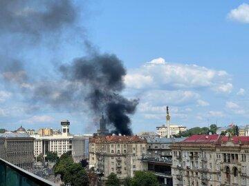 Потужна пожежа розбушувалася в центрі Києва, в небо повалив чорний дим: відео НП
