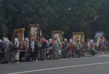 """Московские священники устроили крестный ход под Тернополем, видео: """"несут иконы и поют молитвы"""""""