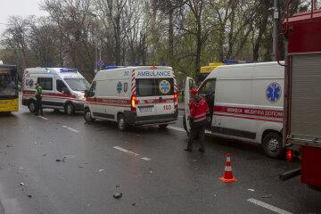 Маршрутка с пассажирами разбилась под Киевом, к месту ДТП съехались скорые: первые кадры