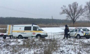 """В Киеве мужчина оказался в ледяной воде, фото: """"вылез на ограждение переправы и..."""""""