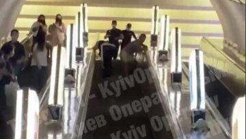 """У київському метро пасажири влаштували епічну бійку, відео: """"Один кинув іншого через себе"""""""