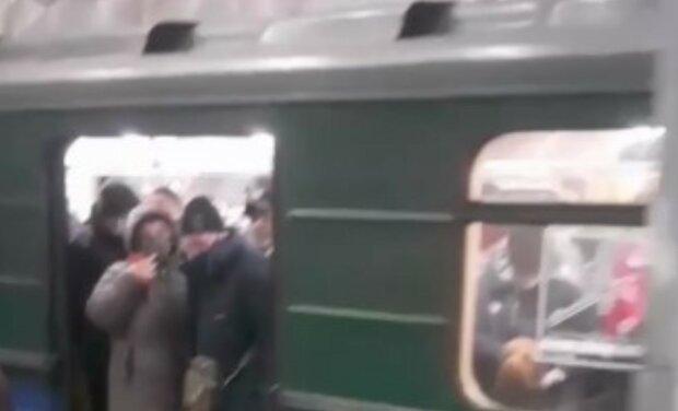 """""""Головне, що кафе і ринки закриті"""": харків'яни обурилися величезним скупченням людей в метро Харкова, фото"""
