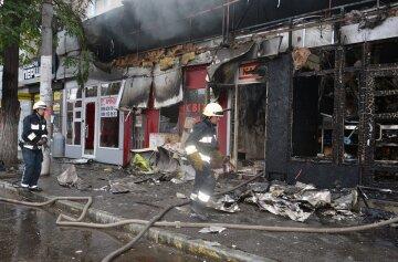 В центре Днепра вспыхнул масштабный пожар, кадры: огонь охватил кафе и павильоны