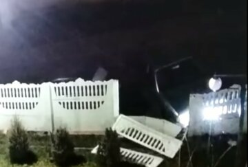 """НП в Житомирі: лихач на """"бесі"""" влетів у дитячий садок, поліція просить про допомогу"""