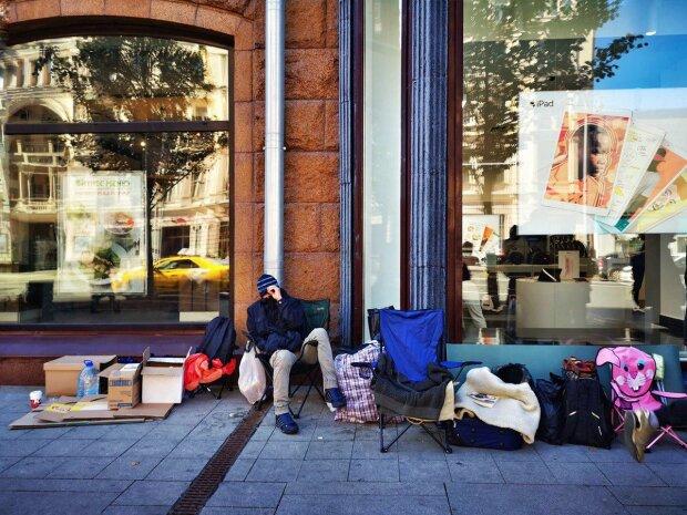 Встали з колін і відразу за цяцьками: в мережі висміяли росіян, які живуть на вулиці заради нового iPhone