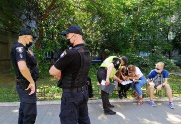 """Поліція влаштувала розборки з киянами через критику Зеленського, відео: """"Стійте на місці"""""""