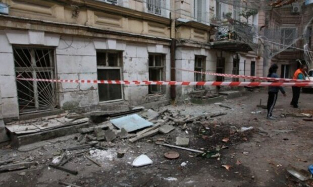 Шматок фасаду обрушився на голови перехожих в центрі Одеси: кадри інциденту