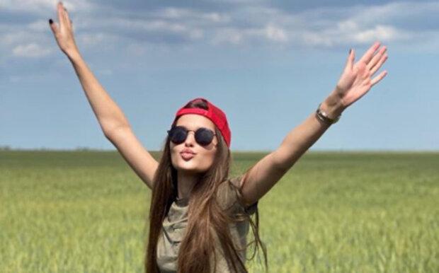 Мисс Украина Леонила Гузь без лифчика эффектно приспустила лямочки: виден каждый изгиб
