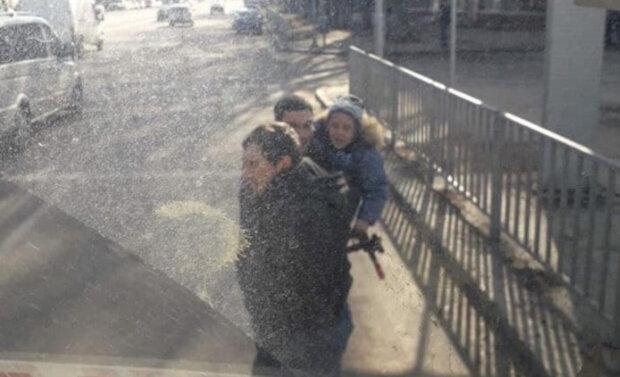 Розгромили маршрутку: у Дніпрі розшукують неадекватних хуліганів, фото