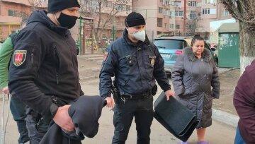 В Одессе из окна дома выпала собака, в которую стреляли: кадры происходящего