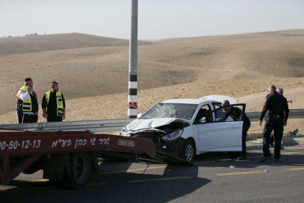 палестинец протаранил на авто израильских солдат
