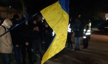 Воїни АТО, націоналісти та праворадикали продовжили мітингувати під будинком Порошенко