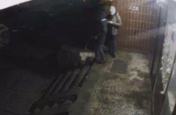 Нічний вандалізм у Києві: підлітки влаштували підпали під'їздів, відео з місця