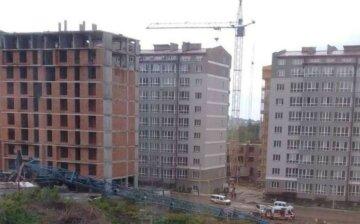 Будівельний кран впав під вікна будинку, є постраждалі: кадри НП у Чернівцях