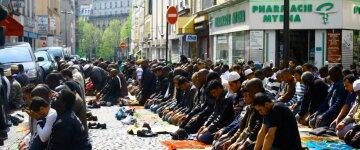 Шведського мусульманина звільнили за відмову потискати руку жінкам
