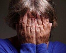 женщина плачет слезы
