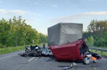 ДТП на киевской трассе: грузовик превратил легковушку в груду металла, выжить удалось не всем