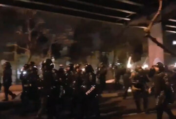 """Бунт в Тегеране из-за """"Боинга"""": полиция травит людей газом, слышна стрельба"""