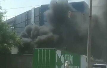 Хтось викинув недопалок: у Харкові спалахнула серйозна пожежа, запалахкотіли покришки