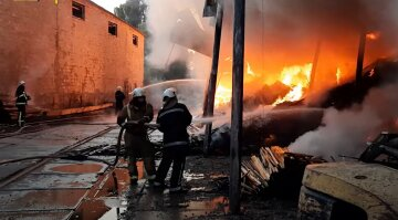 Масштабна пожежа в Харкові затягнулася на 18 годин: фото і деталі НП