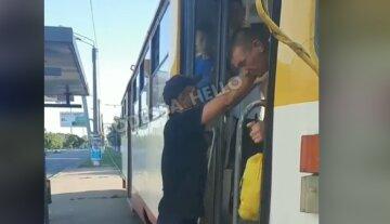 """В одесском трамвае мужчины устроили разборки с пенсионерами, видео: """"вломил и высадил"""""""