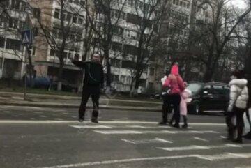"""""""С бутылкой в руках"""": в Одессе заметили пьяного регулировщика, курьезное видео"""