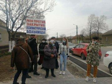 Боятся за свои семьи: под Одессой люди восстали против закрытия больницы, видео