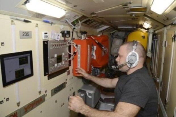 """""""На скотчі не протримаємося, ізоляційну стрічку давай"""": російські космонавти придумали як залатати пробоїну на МКС"""