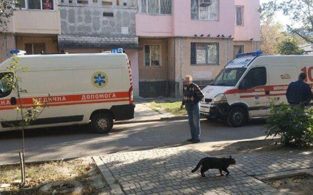 Загроза вибуху в одеській багатоповерхівці, з'їхалися поліція і медики: кадри з місця події