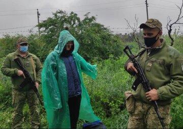 """Мужчина в дождевике устроил переполох на украинской границе с РФ: """"Нес пакет с..."""""""