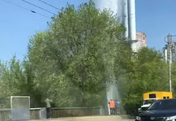 """""""Новий фонтан Кличко"""": в центрі Києва прорвало трубу, з'явилося відео НП"""