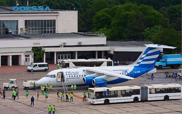 Екстрена евакуація почалася в аеропорту Одеси, з'їхалися силовики: кадри від очевидців