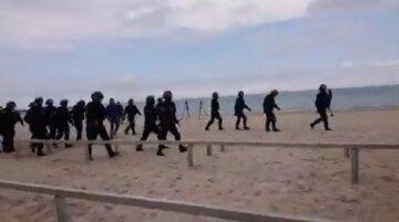 Зіткнення одеситів з силовиками почалися на пляжі: відео заворушень