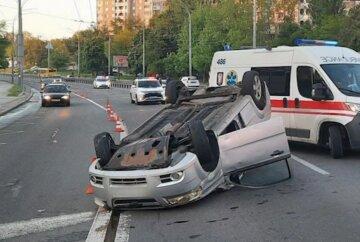 В Киеве авто протаранило легковушку и перевернулось на крышу: кадры и что известно