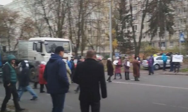 Під Києвом місцеві жителі перекрили трасу, відео: рух транспорту паралізовано