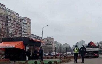 """На Троещину срочно съехалась полиция, что происходит: """"сносят просто вместе с людьми..."""""""