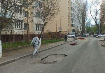 """В Одессе дорога неожиданно """"поплыла"""" после ремонта: не прошло и недели, кадры"""