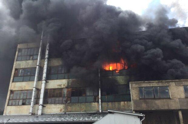 Черновцы окутало густым дымом, горит завод пластиковых труб: видео и подробности