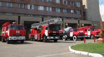 Вогонь охопив багатоповерхівку в Києві, йде масова евакуація людей: кадри НП