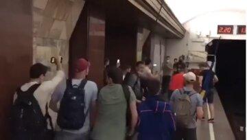 Бунты под окнами Зеленского обернулись масштабной дракой в метро: подробности и кадры с места
