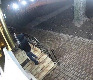 """Спритний грабіжник поодинці обніс магазин в Одесі: """"Збиток на мільйон"""", відео"""
