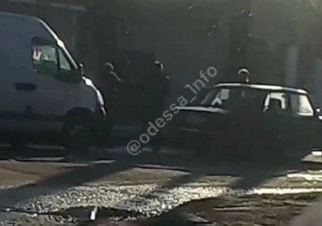 """В Одессе водители устроили драку на дороге, видео разборок попало в сеть: """"Ну петухи"""""""