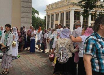 На Соборной площади люди выстроились в очередь за бесплатной гречкой: кадры из Одессы